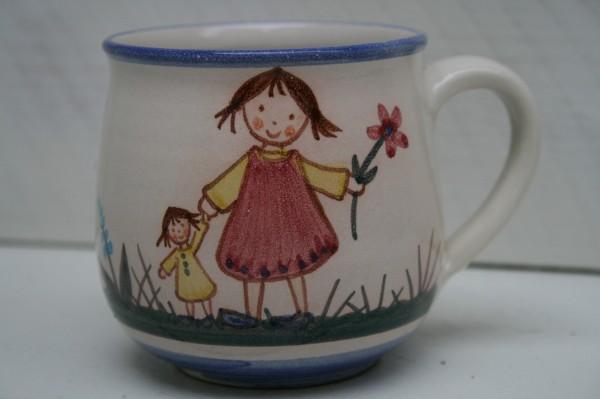 Kindertasse, Mädchen mit Puppe